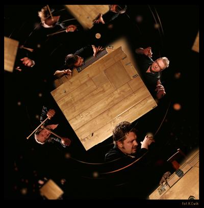 Performansgruppen Karbido kring sitt specialkonstruerade bord.