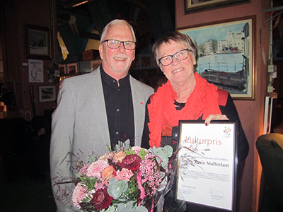 Kulturpristagaren Karin Maltestam  och Mats Svensson, ledamot i Kulturpriskommittén och ordförande i fritid och Kultur i Sölvesborg. Foto: Jan Maltestam.