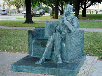 Jan Karski, sittande på en bänk framför Museet för de polska judarnas historia. Bänken i Warszawa är den tredje i Polen och den sjätte i världen som satts upp för att hylla Karskis arbete.