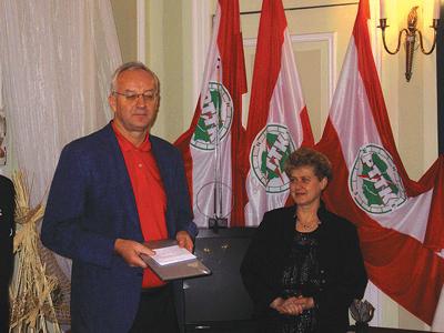Skåneföreningens ordförande Kent Larsson  gratulerar Ela Towarnicka, ordförande i systerföreningen i Warszawa.