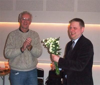 Kent Larsson avtackar kvällens föreläsare, Mattias Nowak. Foto: Göte Svensson.