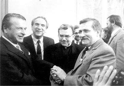General Kiszczak och Solidaritetsledaren Lech Wałęsa efter ett möte 1989.