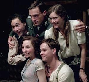 Krigets unga hjärtan, som den tyska TV-serien hette i Sverige, har fått en Emmy. Det har rört upp starka känslor i polska högermedier. Foto: svt