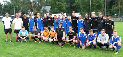 Det svensk-polska fotbollslägret fick hjälp av förre landslagsspelaren Marek Kusto, andra från vänster i vit tröja.