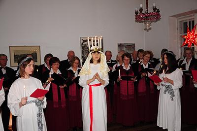 Joanna Gawałkiewicz och hennes tärnor firade Lucia med Polsk-svenska föreningen i Warszawa. Foto: Stanisław Godula.