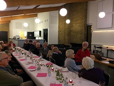 Bland åhörarna syns t.v. Arne, Ela och Mia Lovén, till vänster Karolina Larsson Vogel, Göte Svensson, Kent Larsson, Maria Płoszewska-Paulsson och Gunnel Arbin. Foto: Gunilla Lindberg