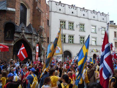 Nordiska ungdomar samlades utanför Mariakyrkan där de sedan ledde bönen. Foto: Maria Lovén.