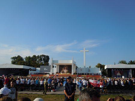 Världsungdomsdagarna inleddes på Błonia i västra Kraków där miljontals unga pilgrimer samlats för att höra påve Franciskus I. Foto: Maria Lovén.