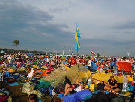 På Campus Misericordiae, Barmhärtighetens fält öster om Kraków, övernattade pilgrimerna tillsammans under bar himmel. Foto: Maria Lovén.
