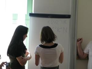 Maria lär sig skriva sitt namn med jiddischbokstäver.
