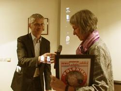 Gunilla Lindberg mottog i våras Nowa Gazeta Polskas Vänpris 2008 som här överlämnas av NGP:s redaktör Tadeusz Nowakowski.
