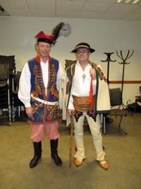 Föredragshållaren Arthur Sehn (till höger) och Urban Goerges klär också i folkdräkt.