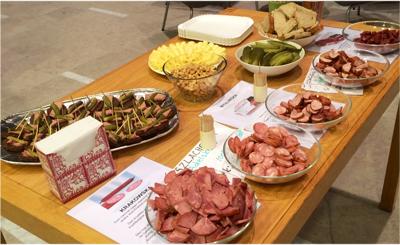 Efter mötet bjöds de cirka 40 deltagarna på polsk korv, surdegsbröd, mjölksyrad gurka och allehanda polska läckerheter. Foto: Maciej Onoszko