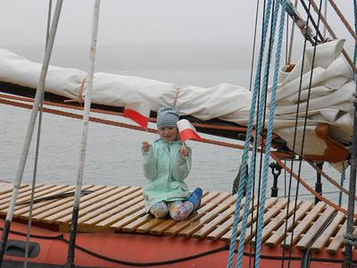Flickan på bilden är dotter till en styrman, hon är yngst på båten och har varit mycket modig.