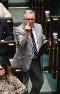 PiS-parlamentarikern ger oppositionen fingret i debatten om Konstitutionsdomstolen. Foto: Viktor Widzikowski, Facebook.