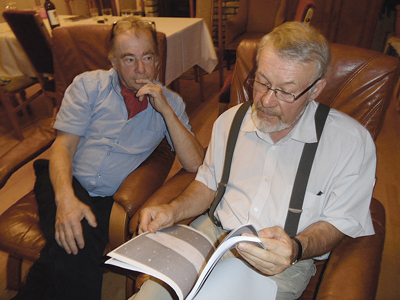 Foto: Magda Maciejewska CeGe Runebjörk tittar tillsammans med Witold Maciejewski igenom dossiern. Stora stycken har tagits bort, i vissa dokument finns bara rubriken kvar.