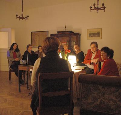 Halina Szpielman, t h, berättar om makens öde efter andra världskriget.