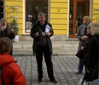 Så här ser man oftast Sigge Fedyk – han berättar något intressant och roande för sina resenärer.