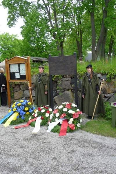 Minnestavlan vid kyrkogården samt polska scouter
