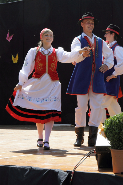 Den kasjubiska folkdansgruppen Sierakowice uppträder på ÖStersjöfestivalen i Karlshamn.