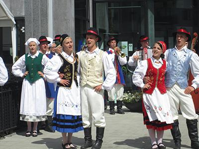 Folkdans-och musikgruppen Sierakowice underhåller på Östersjöfestivalen i Karlshamn. Foto: J&K Maltestam