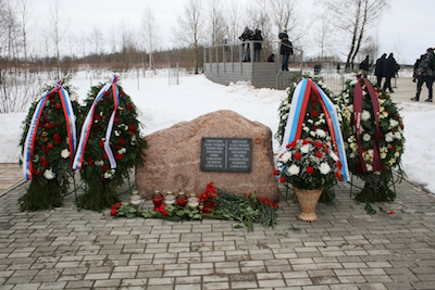 Minnesstenen över offren på militärflygplatsen Severny utanför Smolensk. Foto: wikipedia.