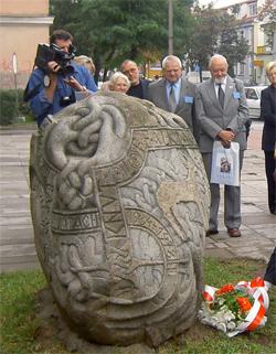 Suwalki reste en minnessten över Knut-Olof och Dagmar Falks arbete i Svenska Jatvingiska Expeditionen.