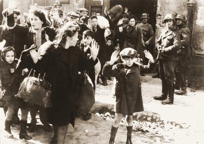 Kvinnor och barn förs med våld ut ut ett skyddsrum. BIld från Stroop-rapporten. Wikicommons.