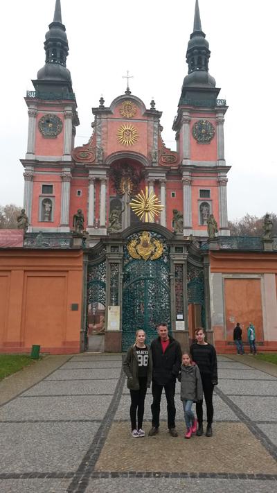 Familjen Podsędkowski framför basilikan i Swieta Lipka.