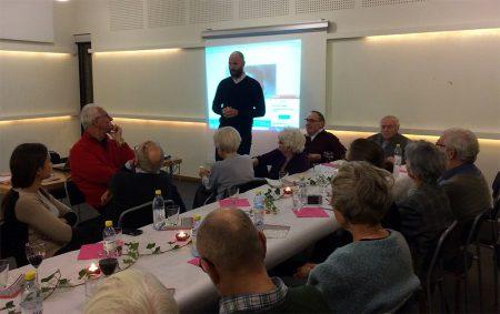 Ted Bergdahl kåserar om resor och intervjuer i Polen. Foto: Gunilla Lindberg