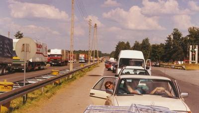 1990 är köerna långa vid tullstationen i Cotbus. Familjen Larsson är på väg hem från Wrocław där de lastat av förnödenheter som samlats in i Sverige. Foto: Kent Larsson.