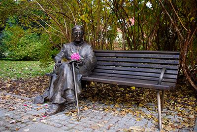 Skulptören Wojciech Gryniewicz minnesmärke över poeten-prästen Jan Twardowski i Warszawa.  Foto: Mateusz Opasiński, wikipedia.