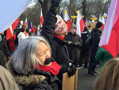En del demonstranter bar Wałęsa-mask för att visa sitt stöd för den förre Solidaritetsledaren. Foto: Ted Bergdahl.