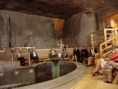 I Wieliczka Resort Center behandlas patienterna  under jord. Den salthaltiga luften fuktas hela tiden av vatten som sipprar fram ur berget.
