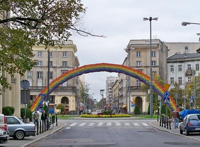 Regnbågen ses som en symbol för tolerans mot HBTQ-personer i Warszawa.