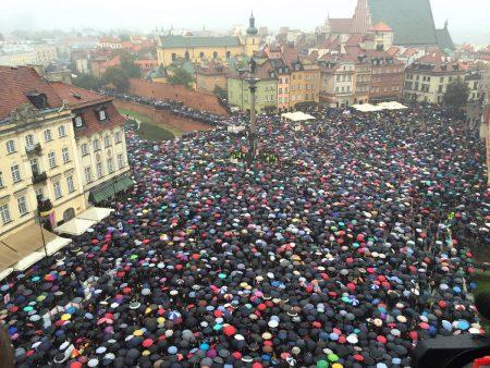 30 000 svartkläda demonstranter gick ut i Warszawa för att potestera mot förslaget om totalförbud mot abort. Foto: Adrian Zandberg, Facebook.