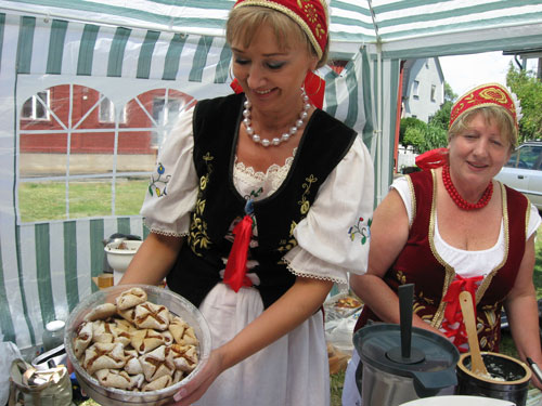 Smakprov av polska specialiteter på matfestivalen. Foto: Karin Maltestam