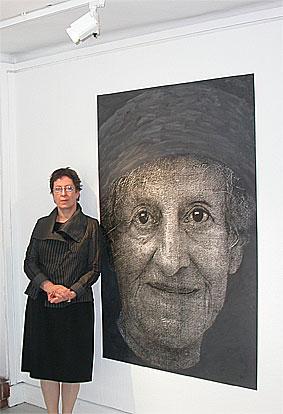 Krystyna Piotrowska framför det ena ansiktet – det med svarta ögon. Blå ögon gjorde skillnaden för om man skulle få överleva eller inte...